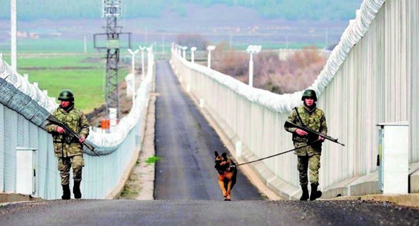▲ 터키군 병사들이 터키와 시리아 국경 장벽을 순찰하고 있다. 이는 쿠르드 문제에 기인한 것이다(turkey website)